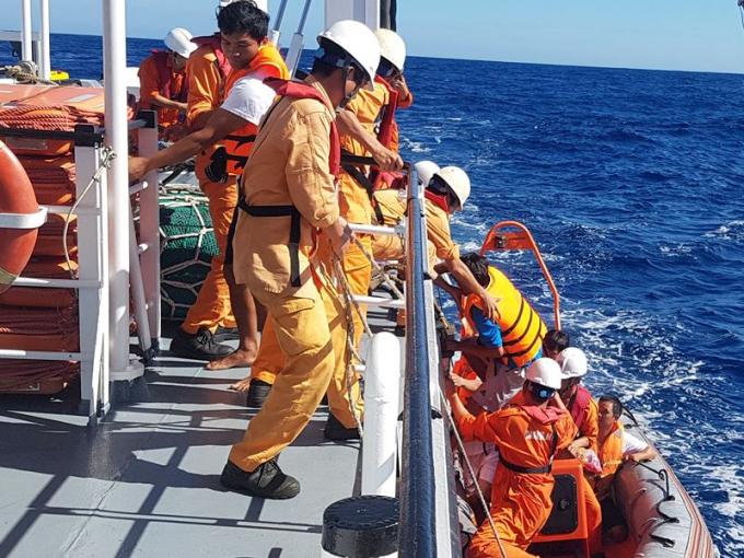 Các thuyền viên được cứu đưa lên tàu Sar 412 để về đất liền an toàn