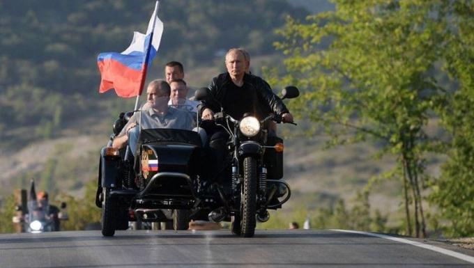 Tổng thống Nga Putin lái xe mô tô tại Crimea.
