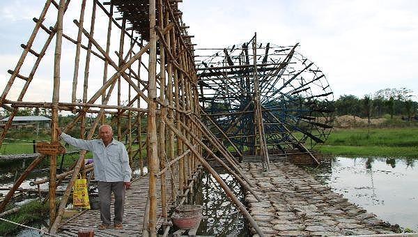 Mô hình bờ xe nước lớn nhất mà ông Quýt làm đang đặt trong một khu du lịch ở xã Nghĩa Thuận