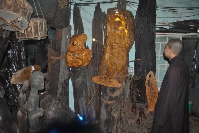Khách đến tham quan các tác phẩm gỗ lũa của anh Vinh không chỉ để thưởng thức nghệ thuật mà còn chiêm nghiệm cuộc đời.
