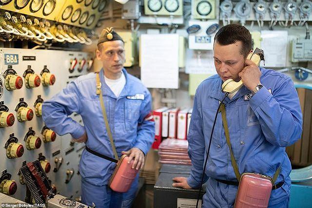 Các thủy thủ làm việc trên tàu ngầm Nga.
