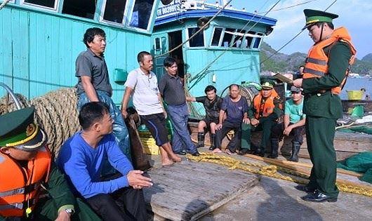 Bộ đội Biên phòng Hải phòng đang PBGDPL cho ngư dân.