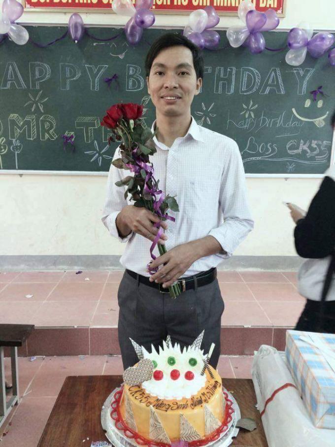 Các học sinh đã tổ chức sinh nhật cho thầy Thắng trong ngày sinh của thầy. (Ảnh: Gia đình cung cấp)