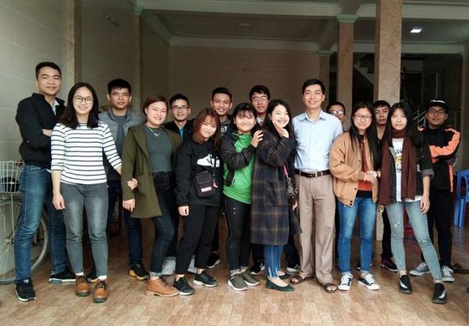 Thầy Nguyễn Tiến Thắng (áo trắng) chụp ảnh cùng các em học sinh. (Ảnh: Gia đình cung cấp)