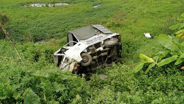 Chiếc xe tải bị tông rơi xuống ruộng