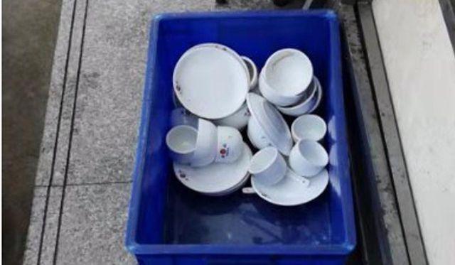 Bát đĩa bị rửa bằng vũng nước đục ngầu
