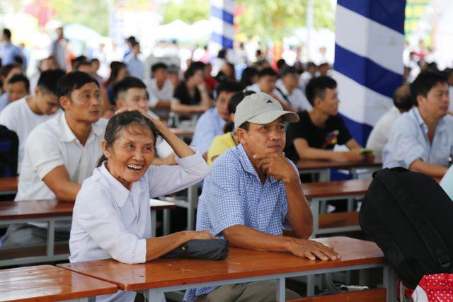 Niềm vui của phụ huynh trong ngày con vào đại học tại trường ĐH Công nghiệp Hà Nội.