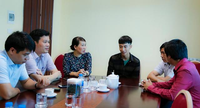 Ban giám hiệu trường ĐH Công nghiệp Hà Nội đón tiếp và động viên Sinh trong ngày nhập học.