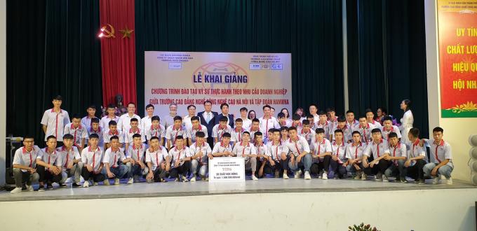 50 sinh viên đầu tiên ngành Cắt gọt kim loại- Khoa Cơ khí HHT được Hanwha cấp học bổng trị giá 1,5 tỷ đồng năm học 2019- 2020.