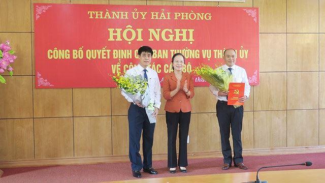 Trưởng đoàn Đại biểu Quốc hội Hải Phòng Nguyễn Thị Nghĩa tặng hoa chúc mừng