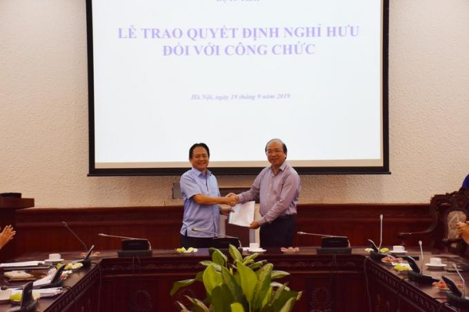 Thứ trưởng Phan Chí Hiếu trao Quyết định cho ông Đặng Ngọc Luyến