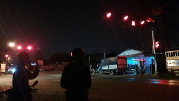 2 đối tượng nghiện phá nóc thông gió xe đặc chủng trốn vào vườn cao su khi xe dừng đèn đỏ.
