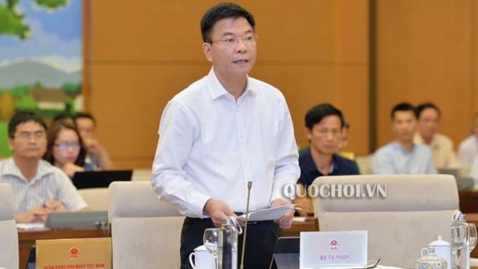 Bộ trưởng Bộ Tư pháp Lê Thành Long trình bày tờ trình.