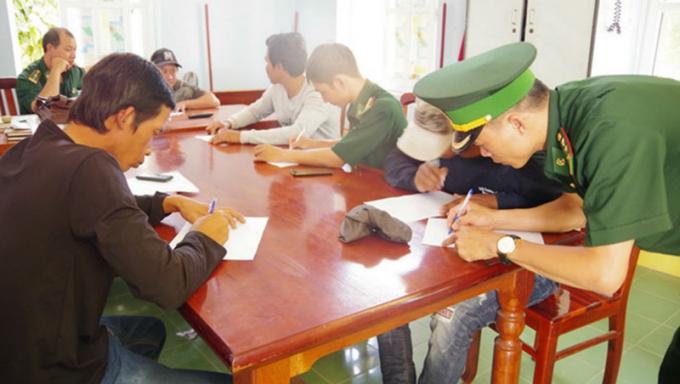 Cán bộ Đồn Biên phòng Đông Hải lấy lời khai các ngư dân.