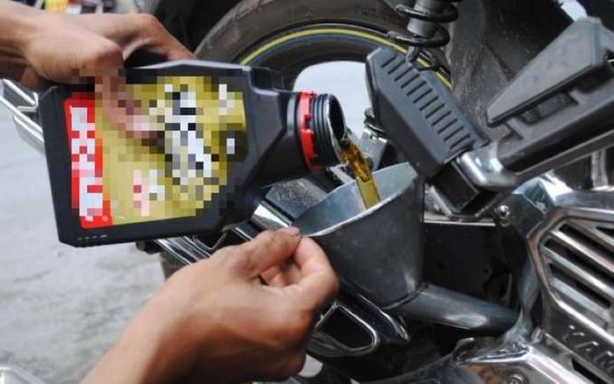 Bạn không nên quên thay nhớt máy nếu xe bị ngập.