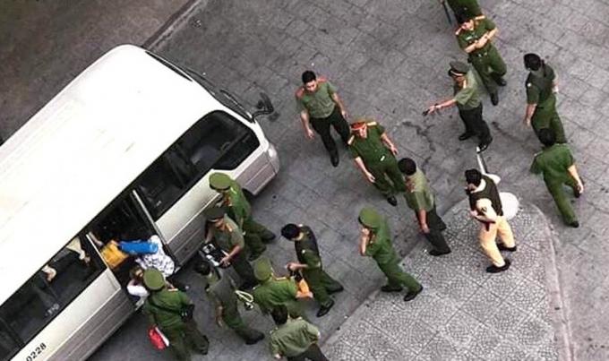 Cảnh sát đưa một số người về trụ sở làm việc. Ảnh: Báo Tổ quốc