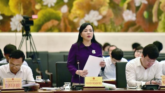 Bộ trưởng Bộ Y tế Nguyễn Thị Kim Tiến trả lời tại phiên giải trình.
