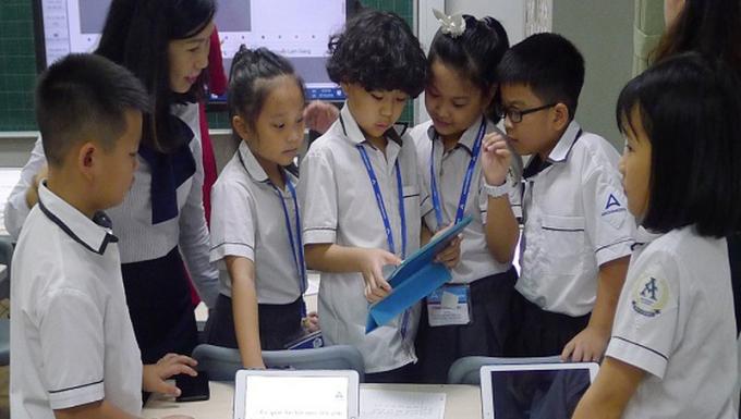 Học sinh hào hứng thảo luận bài học trong tiết học thông minh với ứng dụng SmartEdu.