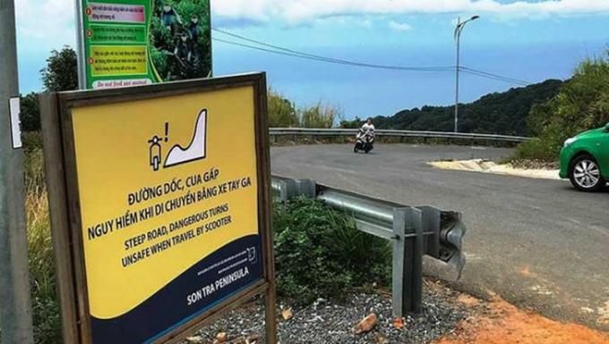 Mặc dù đã cắm bảng cảnh báo nhưng vẫn xảy ra nhiều vụ tai nạn xe máy. Ảnh VOV