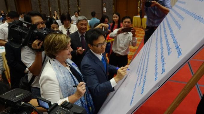 Phó  Thủ tướng, bà Rana Flowers cùng nhiều đại biểu ký Tuyên bố chung