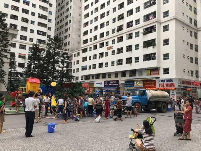 Người dân khu chung cư HH Linh Đàm (Hoàng Mai, Hà Nội) xếp hàng lấy nước sạch từ xe téc. Ảnh: CTV