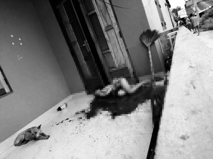 Người phụ nữ tử vong trên vũng máu.
