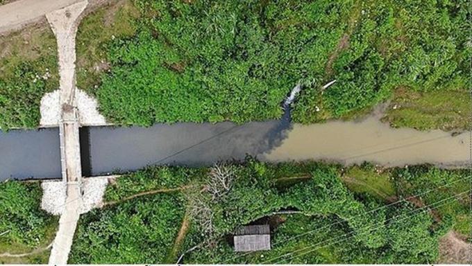 Nguồn nước ô nhiễm dầu thải từ khe núi huyện Kỳ Sơn chảy về kênh dẫn nước của Nhà máy sông Đà.