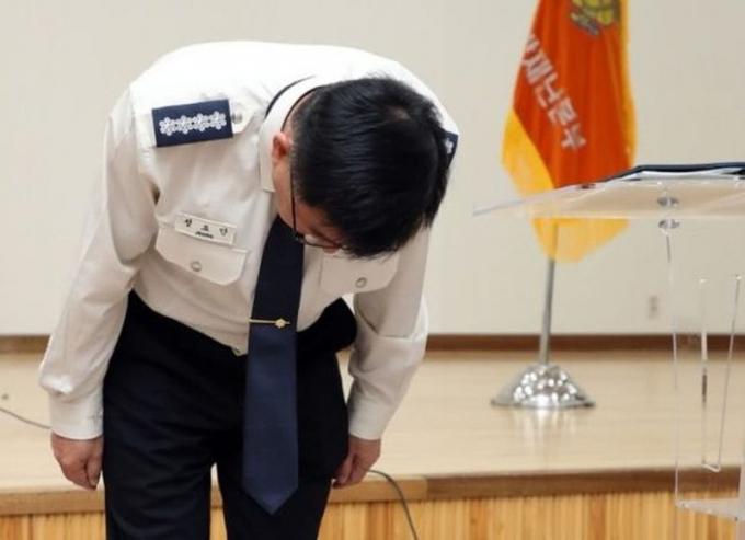 ại diện cảnh sát tỉnh Gyeonggi cúi đầu xin lỗi công chúng vì khiến thông tin vụ tự tử Sulli rò rỉ.
