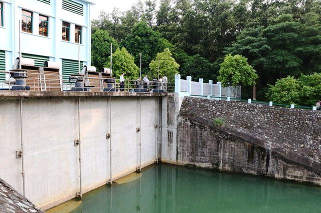 Các cơ quan chức năng của tỉnh Hòa Bình kiểm tra đầu vào hệ thống bơm nước tại trạm bơm hồ Đầm Bài của Nhà máy nước sạch sông Đà. (Ảnh: Báo Hòa Bình)