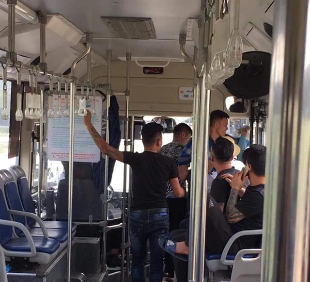 Nhóm thanh niên được cho là đã hành hung nữ nhân viên tên H. khi bị yêu cầu giữ trật tự trên xe buýt.