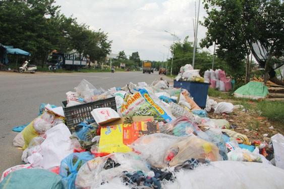 Rác ngập tràn trên nhiều tuyến đường ở tỉnh Quảng Nam. Ảnh TRẦN THƯỜNG