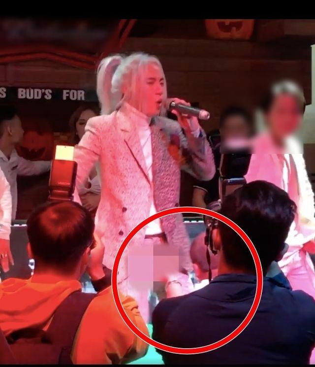 Nam ca sĩ S.T Sơn Thạch bị sàm sỡ khi đang biểu diễn.