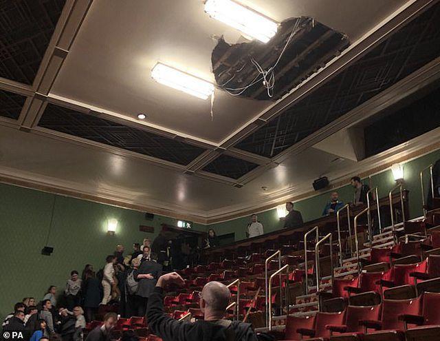 Mảng trần bị sập bên trong nhà hát Piccadilly