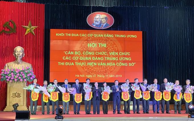 Lãnh đạo 14 đơn vị tham gia hội thi nhận hoa và cờ lưu niệm của Ban tổ chức (Ảnh: THỦY NGUYÊN).