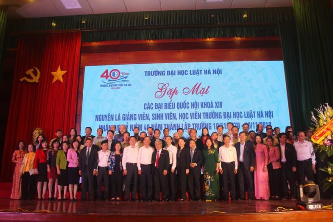 Các Đại biểu Quốc hội khóa XIV nguyên là giảng viên, sinh viên Trường ĐH Luật Hà Nội chụp ảnh kỷ niệm cùng lãnh đạo Bộ Tư pháp, Trường ĐH Luật Hà Nội