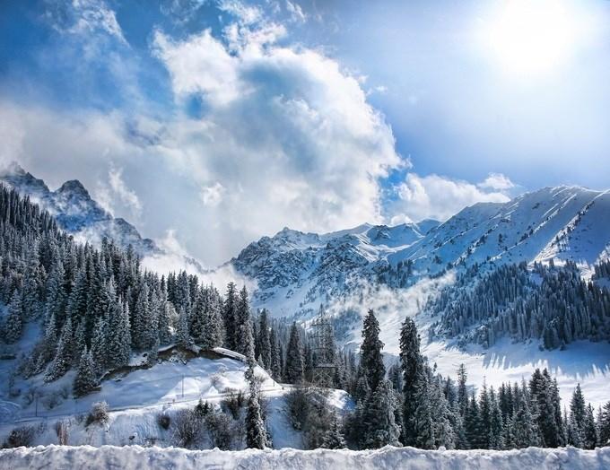 Almaty, Kazakhstan Được bao quanh bởi những đỉnh núi hùng vĩ, thành phố này là điểm đến phổ biến của những người đam mê các môn thể thao tuyết. Với độ cao hơn 3.900 m, các đỉnh núi ở đây có tuyết bao phủ từ tháng 12 đến tháng 4. Hai khu vực trượt tuyết mà du khách có thể ghé thăm là Chimbulak và Ak-Bulak. Ảnh: Pikoso Kz/Shutterstock.