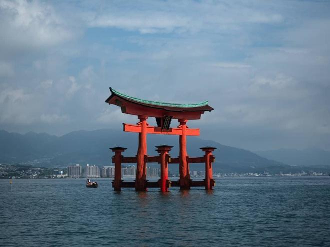 Miyajima nổi tiếng với hình ảnh cổng torii màu cam của đền nổi Itsukushima. Ảnh: Wungju.