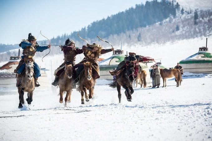 Ulaanbaatar, Mông Cổ Mùa đông ở Mông Cổ khắc nghiệt và kéo dài, nhiệt độ ở thủ đô lạnh nhất thế giới Ulaanbaatar có thể xuống tới âm 40 độ C. Vì vậy, đây là mùa du lịch thấp điểm với phòng khách sạn và các dịch vụ giá rẻ. Mông Cổ có 250 ngày nắng mỗi năm, bất kể là trong mùa đông, vì vậy bức tranh tuyết phủ càng trở nên huyền ảo hơn. Khi tới đây, du khách có thể tham quan chợ Naran Tuul, mua ủng, áo khoác, mũ và găng tay kiểu truyền thống. Để ngắm nhìn khung cảnh thảo nguyên băng giá, bạn có thể tới tỉnh Tov, cách thủ đô Ulaanbaatar không xa. Ảnh: Pises Tungittipokai/Shutterstock.