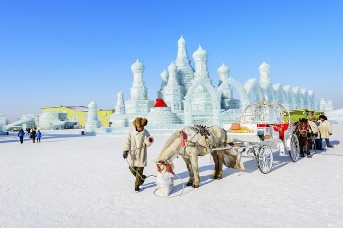 Cáp Nhĩ Tân, Trung Quốc Thành phố băng giá Cáp Nhĩ Tân được biết đến với lễ hội băng tuyết lớn nhất thế giới. Lễ hội này được tổ chức vào khoảng tháng 1, tháng 2 với 1.500 khối băng lớn. Hàng đêm, chúng được thắp sáng bởi những ánh đèn nhiều màu. Chủ đề của lễ hội được thay đổi hàng năm, từ quái vật tuyết trong truyền thuyết tới các địa danh nổi tiếng trên thế giới. Tuy nhiên, đặc trưng của lễ hội băng vẫn là tòa lâu đài băng khổng lồ. Ở đây, du khách cũng có thể trải nghiệm trượt tuyết, ngồi xe chó kéo, xe trượt tuyết và bơi lội trong mùa đông. Ảnh: Aphotostory/Shutterstock.