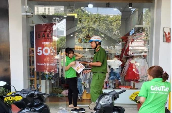 Công an phường Hố Nai tổ chức cấp phát tờ rơi tới từng hộ dân và nơi công cộng.