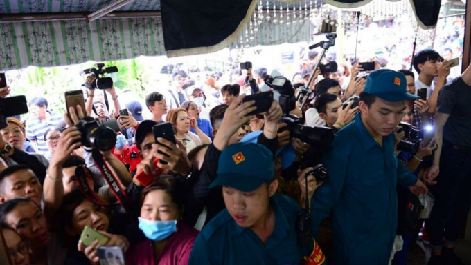 Nhiều người chen lấn trong đám tang nghệ sĩ Anh Vũ để livestream.