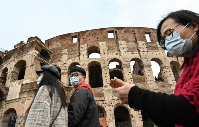 Khách du lịch đeo khẩu trang để phòng tránh lây nhiễm COVID-19 tại Rome, Italy, ngày 31/1/2020. (Ảnh: AFP/TTXVN)