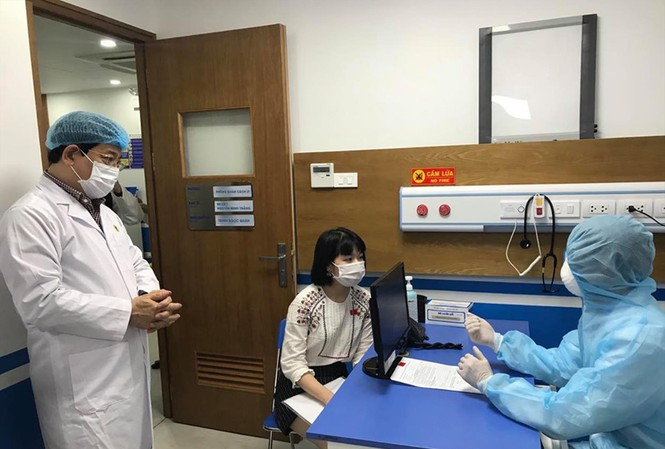 PGS.TS Lương Ngọc Khuê kiểm tra diễn tập thăm khám cho bệnh nhân nghi ngờ tại BV Medlatec