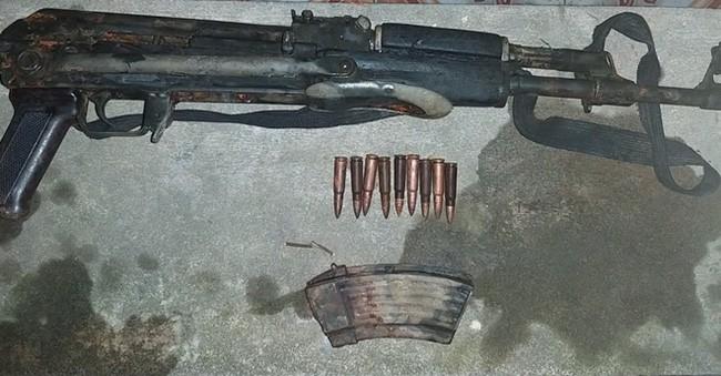 Trước đó, tối 17/3, Mạnh mang súng AK nhờ Hoàng Văn Dũng (30 tuổi, trú tại xã Nghi Phú) chở đến khu vực tái định xóm 5, xã Nghi Phú để giải quyết mâu thuẫn. Sau khi giả quyết xong, trong lúc quay xe ô tô để ra về do thao tác cất súng không đúng nên súng cướp có nổ 3 phát, trong đó 1 phát đạn trúng vai Dũng bị thương nặng. (Ảnh: CACC)