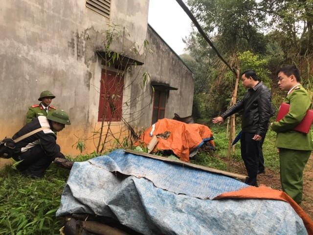 Vụ xả súng AK còn khiến chị Hoàng Thị Toán (39 tuổi, chị gái chị Hoài, vợ cũ của Sắn), chị Chu Thị Hồng (29 tuổi, em dâu chị Hoài) và anh Vũ Xuân Hưởng (38 tuổi), Nguyễn Văn Tuyển (19 tuổi) là thợ của chị Hoài, bị thương nặng. Sau khi gây án, Sắn cầm theo súng bỏ trốn khỏi hiện trường.(Ảnh: Hiện trường vụ nổ súng ở Lạng Sơn. Nguồn: CAND)