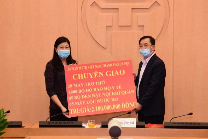 Ủy ban Mặt trận Tổ quốc Việt Nam TP Hà Nội chuyển giao quà ủng hộ chống dịch.