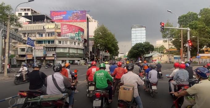 Ngã 4 Nguyên Thái Học quận 1, dù lo sợ dịch bệnh nhưng nhiều người cho rằng vẫn phải ra đường để mưu sinh.