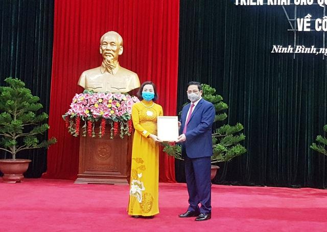 Ông Phạm Minh Chính, Trưởng Ban tổ chức Trung ương trao quyết định điều động, phân công bà Nguyễn Thị Thanh giữ chức Phó trưởng Ban tổ chức Trung ương.