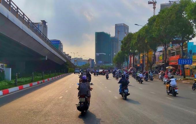 Tại chân cầu vượt Ngã Tư Hàng Xanh lượng xe tham gia giao thông nhiều hơn.