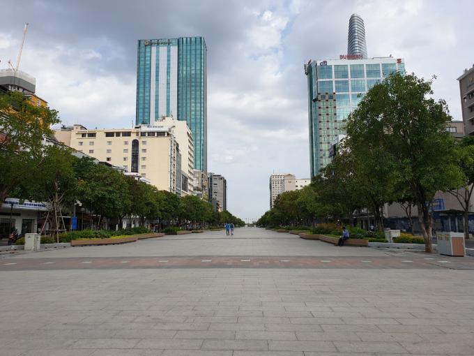 Phố đi bộ Nguyễn Huệ lúc 16giờ vẫn vắng bóng người dân trong ngày đầu nới lỏng giản cách - Ảnh: Tấn Quang